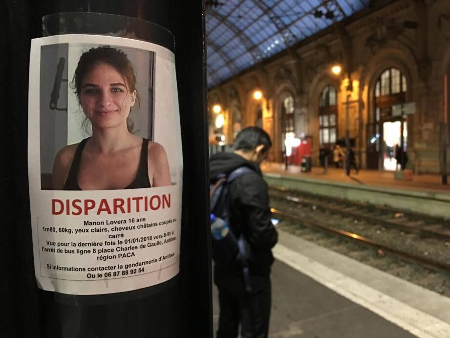 Une affiche avec le visage de l'adolescente posée en gare de Nice.