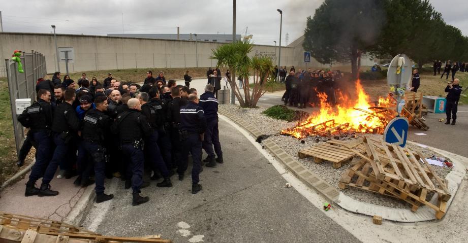 Les forces de l'ordre sont intervenues pour déblayer le premier barrage des agents pénitentiaires.