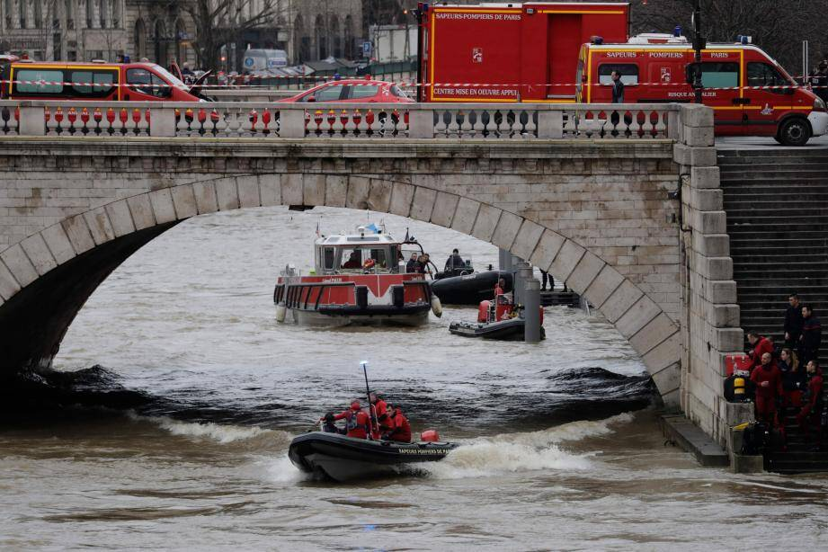 Des bateaux ont sillonné le fleuve à la recherche de la jeune Niçoise.