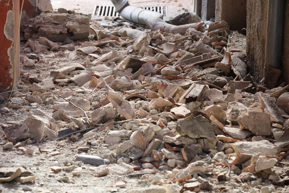 La double rangée de génoise de l'immeuble de la Place Saint-Nicolas s'est effondrée sur toute sa longueur, jeudi matin,côté rue Doïra.