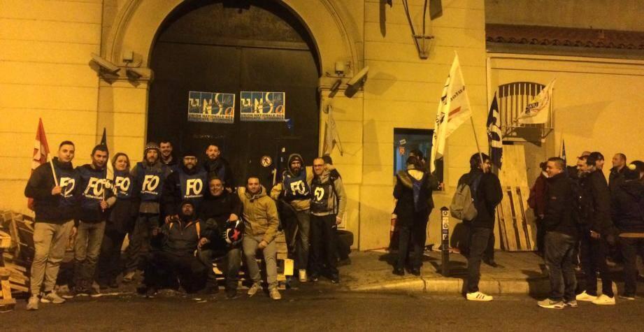 La mobilisation des surveillants pénitentiaires devant la maison d'arrêt de Nice ce jeudi matin.