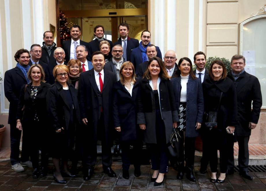 Photo de famille des 24 candidats de la liste Primo! à la sortie de la mairie.