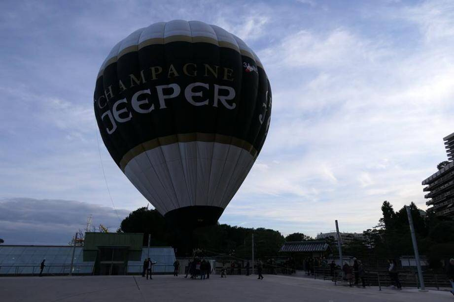 """La première montgolfière """"écolo"""" de MOnaco a été gonflée sur l'esplanade du Grimaldi Forum jeudi"""