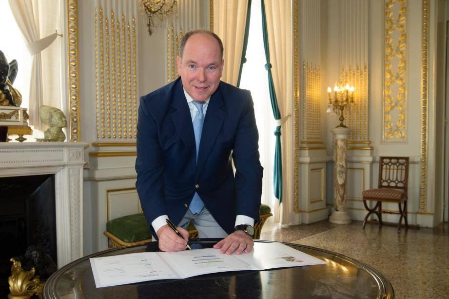 Le prince Albert II est le premier signataire de la charte d'engagement du Pacte national pour la transition énergétique.