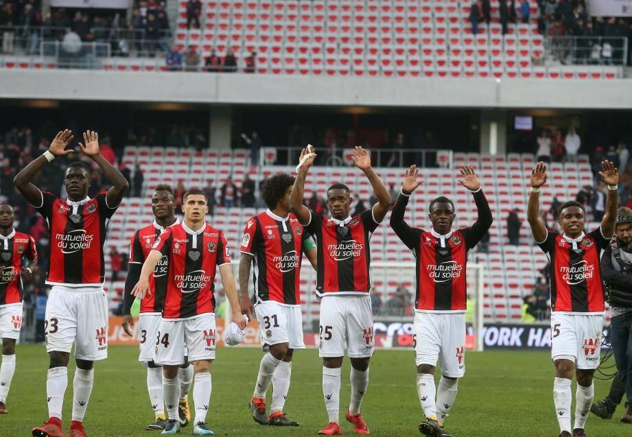 Les Niçois fêtent la victoire avec leurs supporters.
