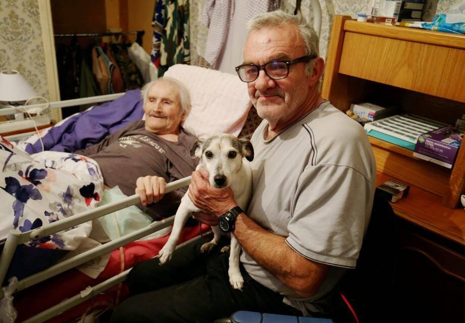 Bernard, l'aviateur retraité, Fifille sa chienne ont été accueillis par Roger, l'ancien parachutiste, dans son appartement du bas de la Lanterne.