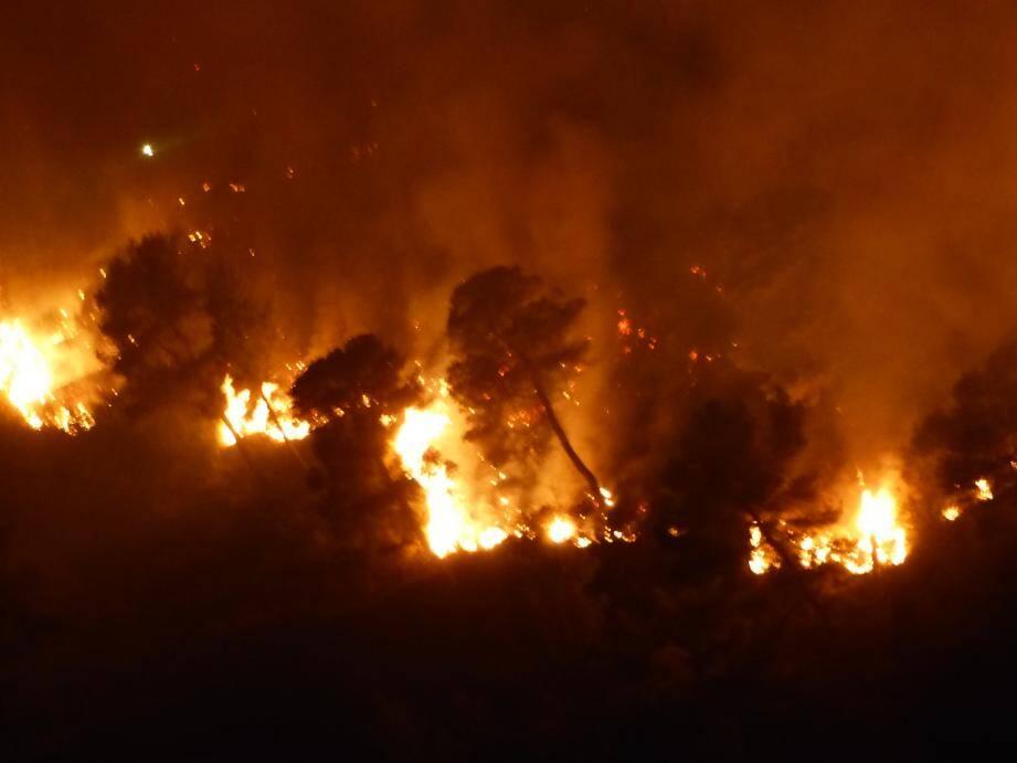 Le feu est attisé par les vents violents.