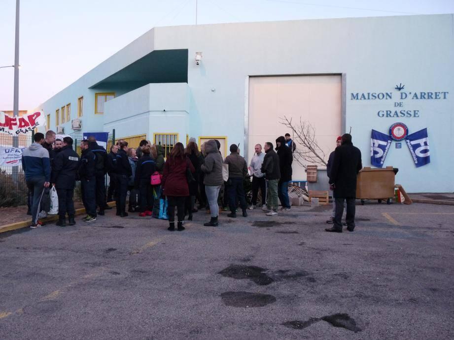 Vers 8 heures, ce matin, tandis que le jour se levait, il restait une vingtaine de gardiens devant l'entrée. Le blocus a été levé à 14 heures.
