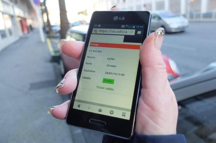 Pour régler son stationnement, on peut utiliser le système « Pay by phone » après s'être inscrit et avoir donné son numéro de carte bancaire.