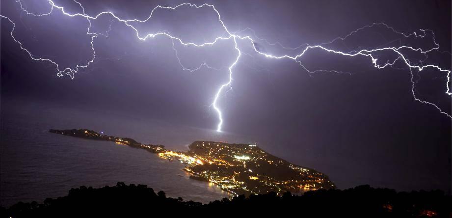 Éclair au dessus de Saint-Jean-Cap-Ferrat dans les Alpes-Martimes.