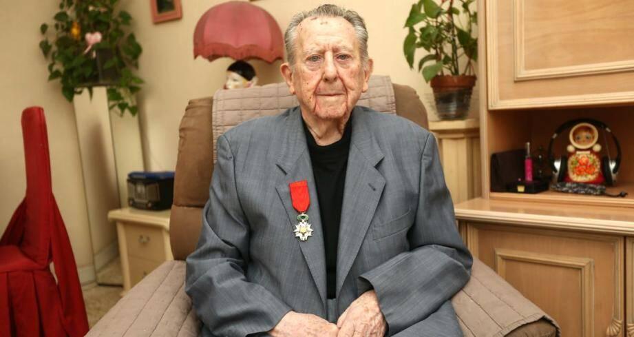 """""""Je n'ai rien demandé, n'ai jamais fait de démarche pour avoir la Légion d'honneur, affirme Robert Arnau. Cette décoration est un immense honneur..."""""""