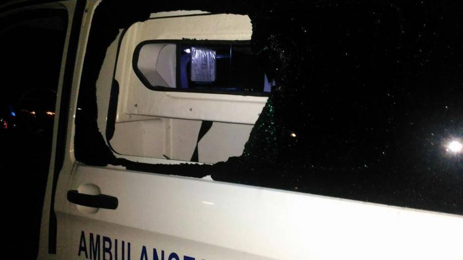La vitre d'une ambulance a notamment été prise pour cible.