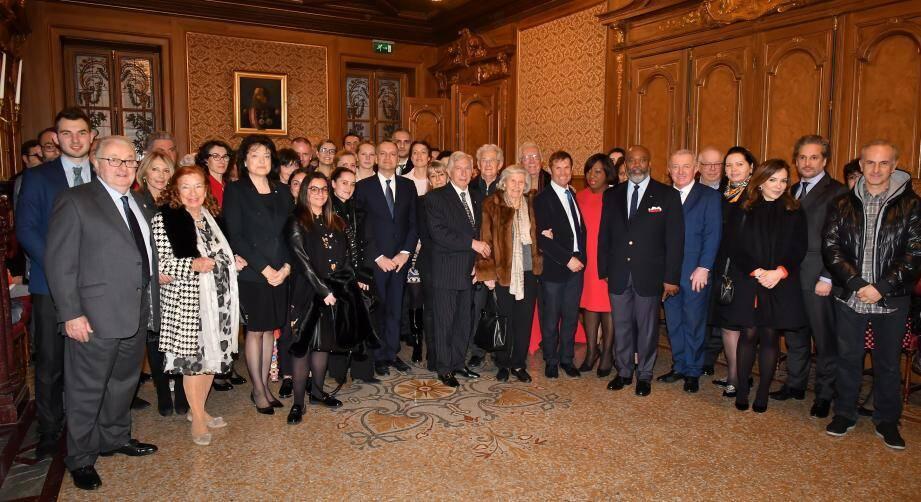 Photo de famille, hier en mairie, autour des élus communaux et des membres du conseil de la Couronne.