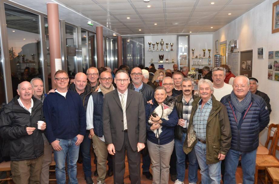 Les membres de l'ASCT Boules, avec le maire, Jean-Jacques Raffaele, à l'heure du partage de la galette des rois et du verre de l'amitié.