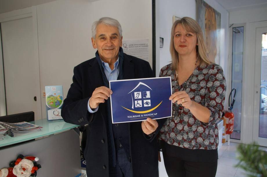 Xavier Delmas, adjoint à la culture, et Barbara Jakobowski-Elena, directrice de l'office de tourisme, tiennent le précieux label qui garantit la qualité de vie des personnes handicapées à Cap-d'Ail.