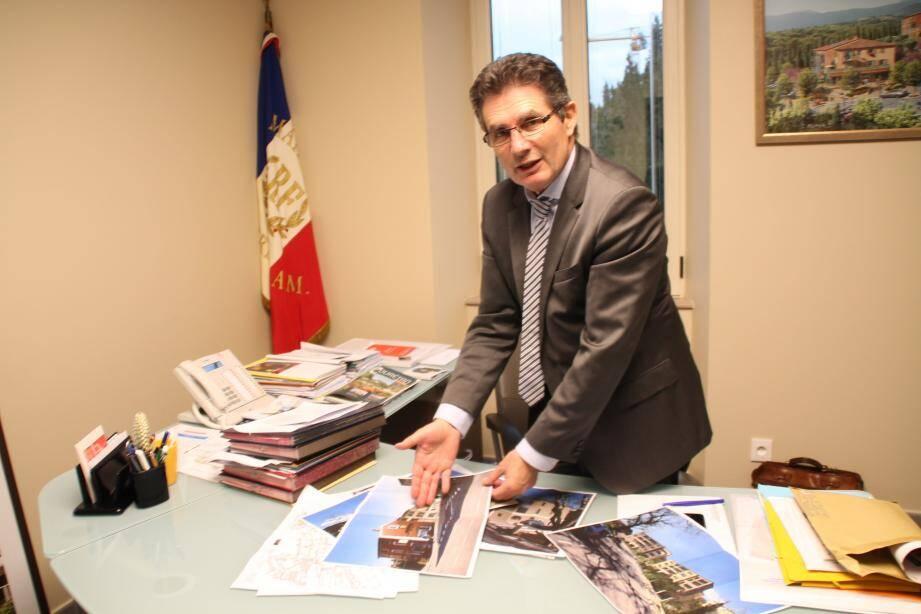 Le maire est attentif au déroulement des travaux qui viennent de commencer et s'achèveront d'ici un an.