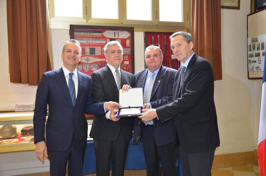 Les trois maires ont remis une plaque commémorative au Foyer du Poilu, réceptionnée par le président de l'UNC, Marc Terrosi.