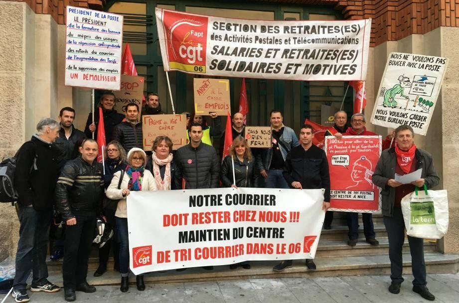 Les agents mécontents attendaient le P.-D.G. du groupe devant le bureau central de l'avenue Thiers à Nice, hier matin.
