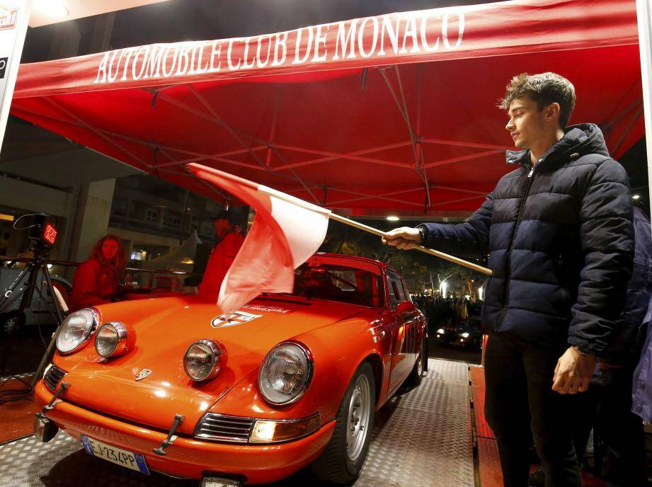 Habitué des circuits, Charles Leclerc (ci-dessous à gauche), le pilote de F1 monégasque, troisième à porter ce titre dans l'histoire du pays, a donné hier soir le coup d'envoi du Rallye historique depuis Monaco, l'une des six villes de départ.