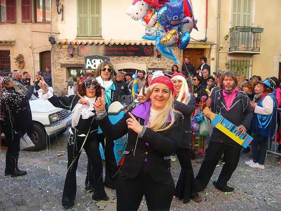 Carnaval au rythme du groupe ABBA dans les rues du village.