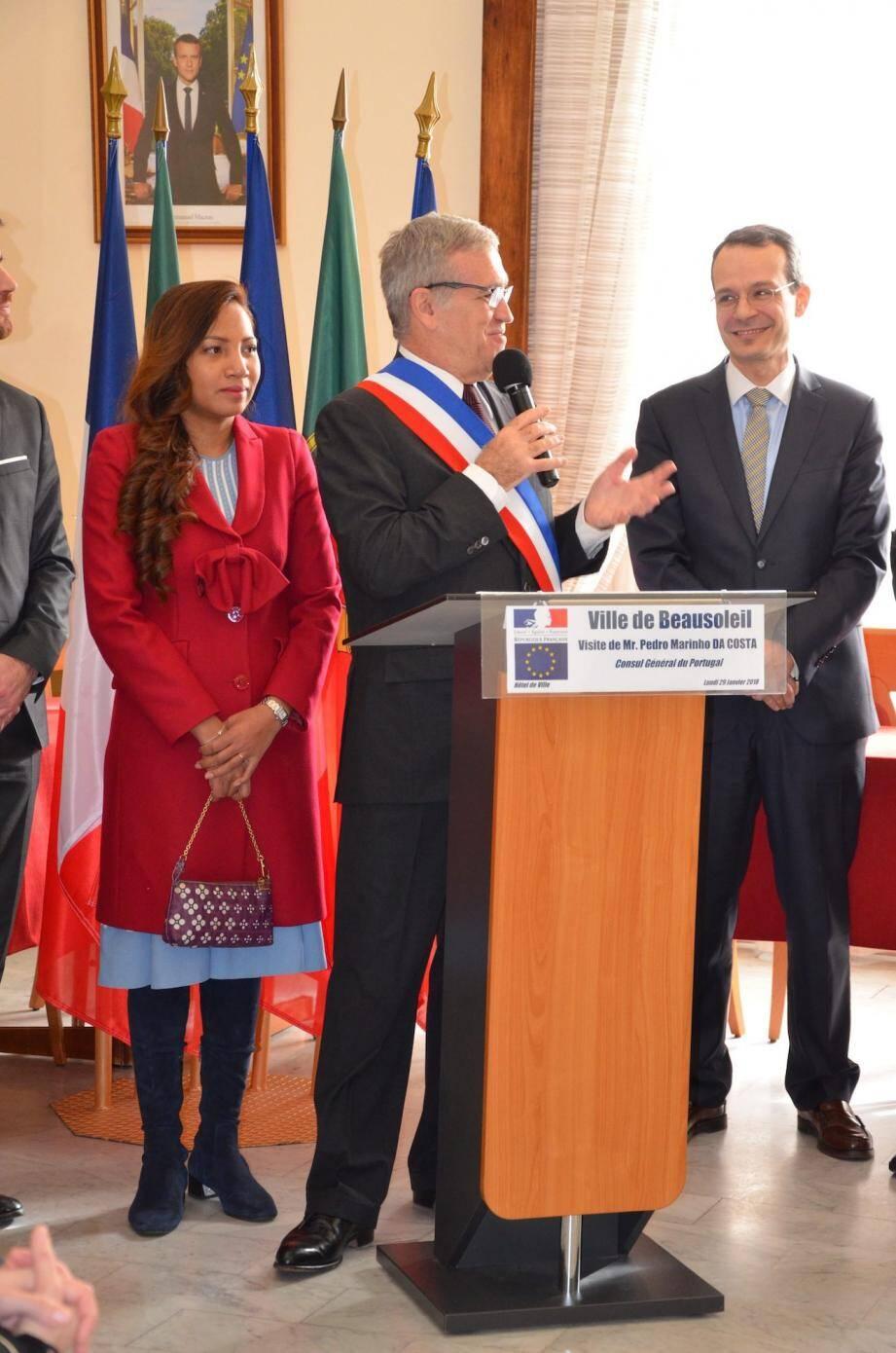 Le Consul Général du Portugal à Marseille, Pedro Marinho Da Costa (à droite), a été reçu par le maire Gérard Spinelli - et son épouse Ratree, qui lui a remis la Médaille de la Ville.