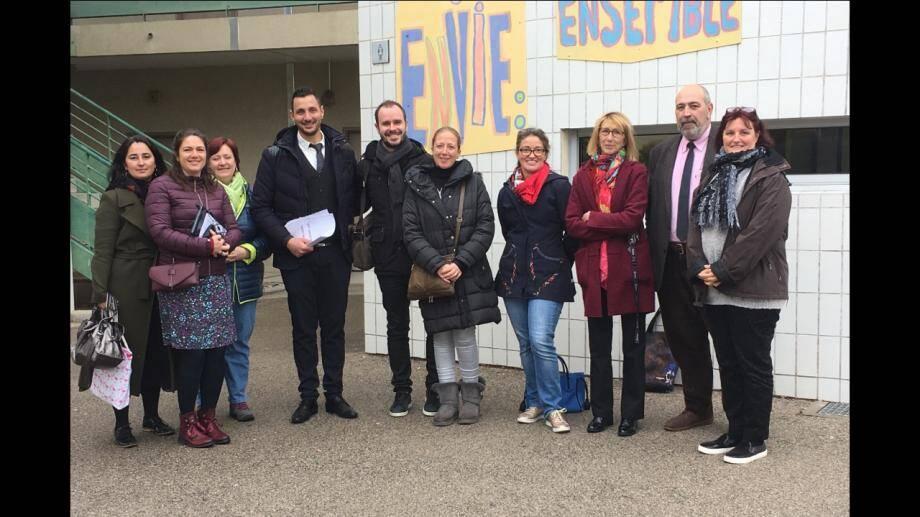 L'équipe du Certa des hôpitaux pédiatriques de Nice CHU-Lenval et les professeurs référents, aux côtés du principal et de son adjoint.(DR)