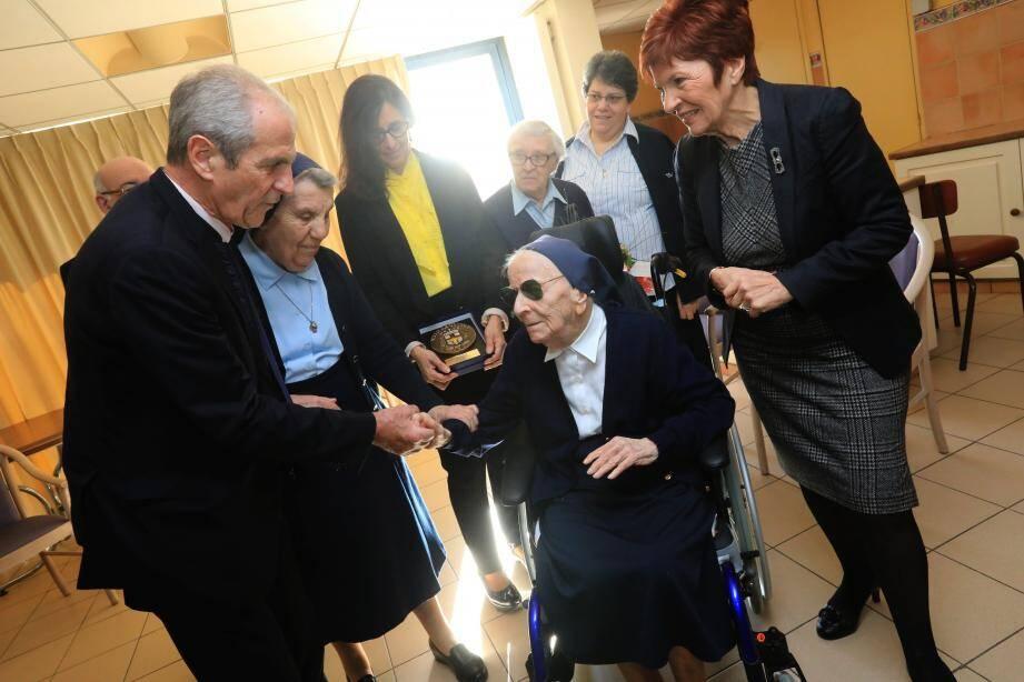 Sœur André, émue pour son 114e anniversaire. Elle a reçu la médaille de la ville des mains du maire, Hubert Falco.