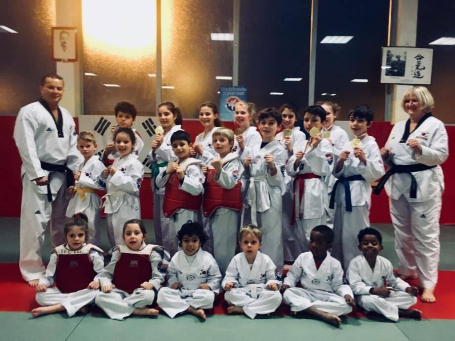 Une partie des jeunes combattants de l'école de taekwondo du CIT master Park.