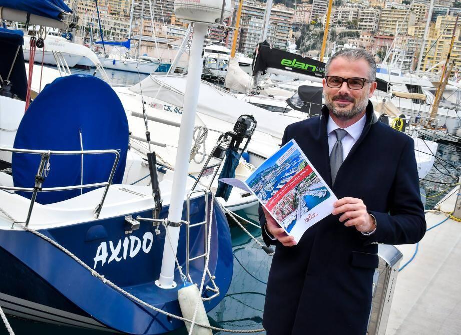 Franck Lobono, président de l'Association des pontons de Monaco, avec en main le questionnaire distribué aux plaisanciers.