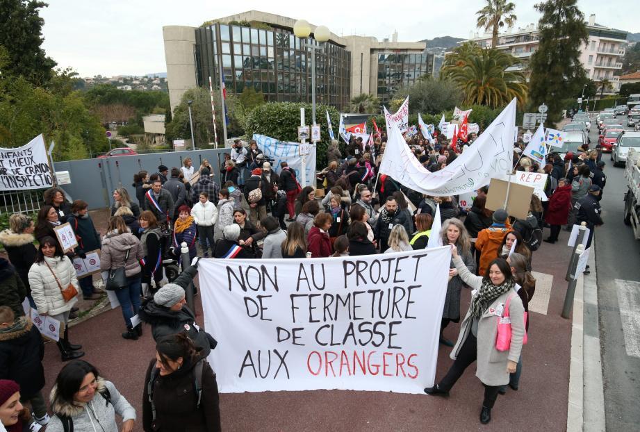 Plus de deux cents parents et enseignants se sont mobilisés, hier matin, devant le rectorat de Nice, pour défendre leur école.
