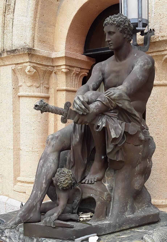 Figure en bronze patiné (155x120 cm) représentant Mars assis avec Cupidon. Italie, milieu du XXe siècle. Estimation : 8 000-12 000e.