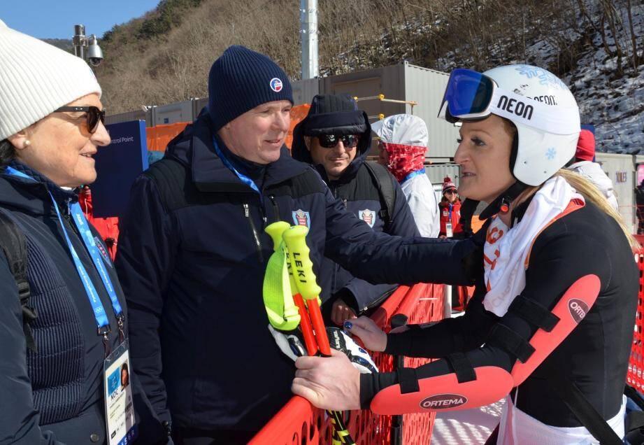 La skieuse monégasque félicitée après sa course par le prince Albert II.