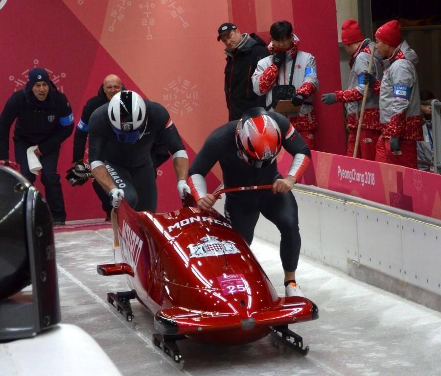 En haut : Olivier Jenot à l'arrivée du slalom géant, félicité par le prince Albert II. En bas : les bobeurs Rudy Rinaldi et Boris Vain lors de la poussée au départ, encouragés par le souverain, spécialiste de la discipline pour avoir été pilote de bobsleigh pendant cinq olympiades.