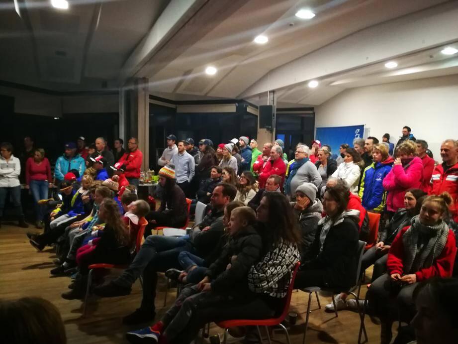 """La salle Mercière d'Isola 2000 a accueilli plus d'une centaine de personnes qui ont encouragé le skieur Mathieu Faivre, """"chouchou"""" de la station."""