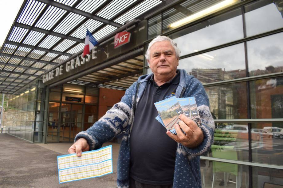 Jean-Philippe Isnard, président de l'association, distribue les horaires papier édités devant la gare de Grasse.