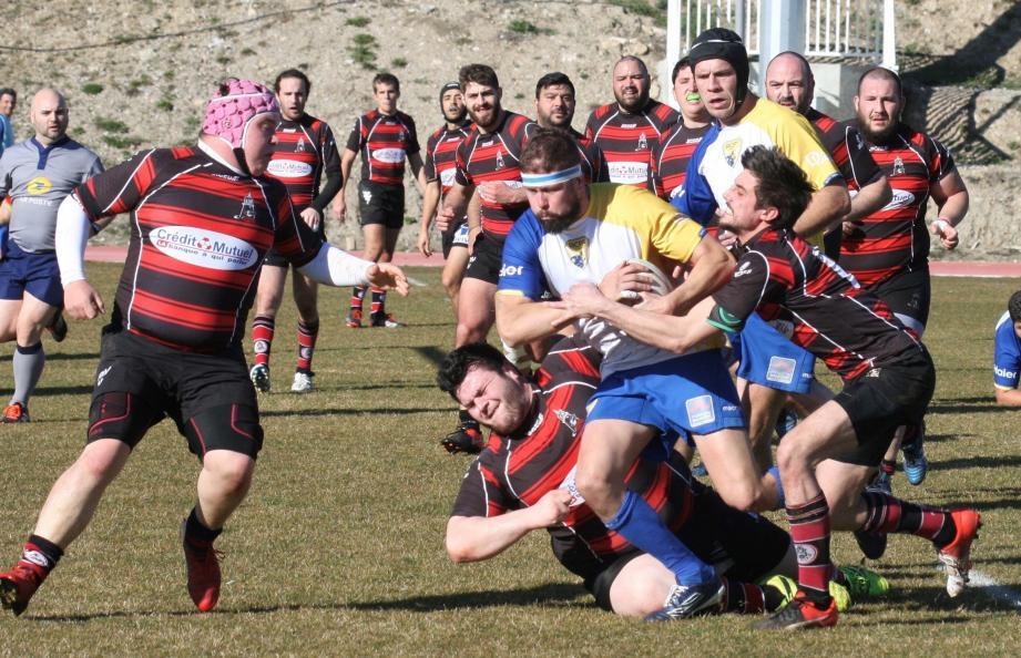 Un match âprement disputé par les locaux (en jaune et bleu) devant de solides gardannais.