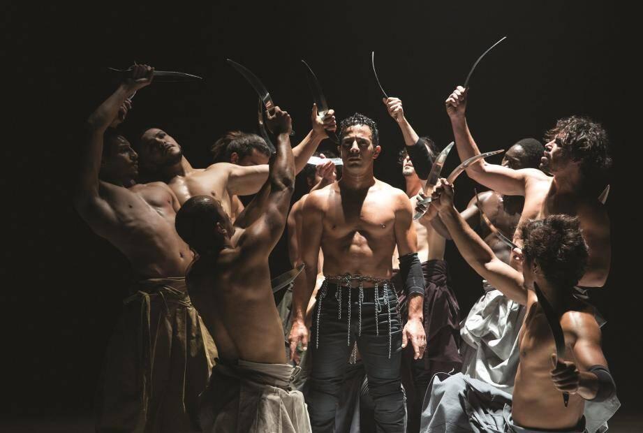 Les 14 danseurs déploient une énergie impressionnante.