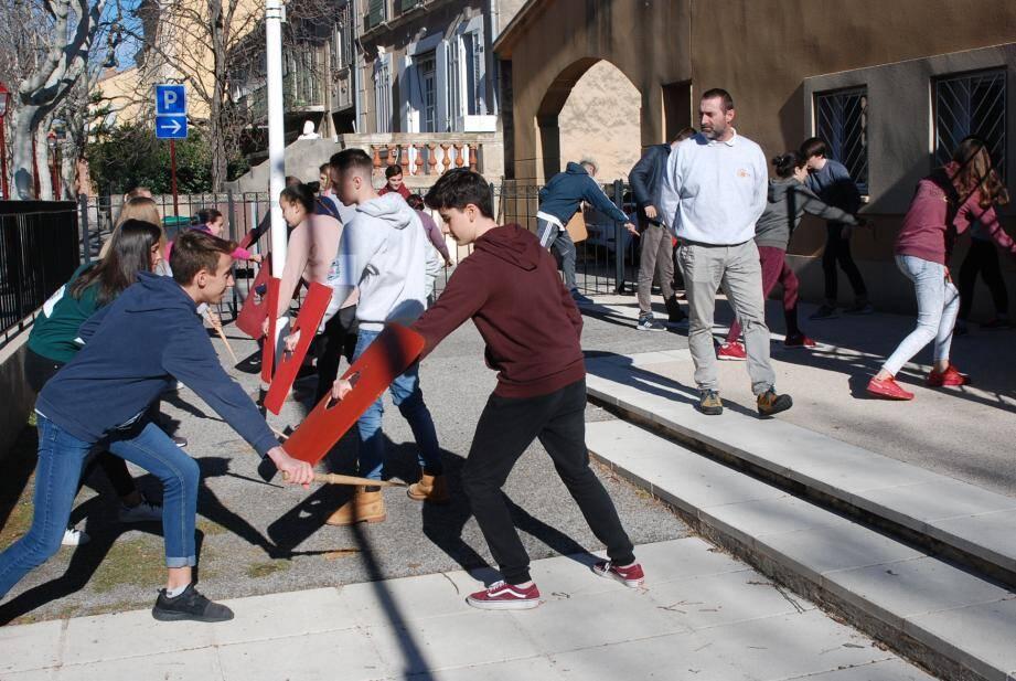 Les collégiens ont pu s'initier aux combats de gladiateurs, avec des épées en bois et des boucliers.