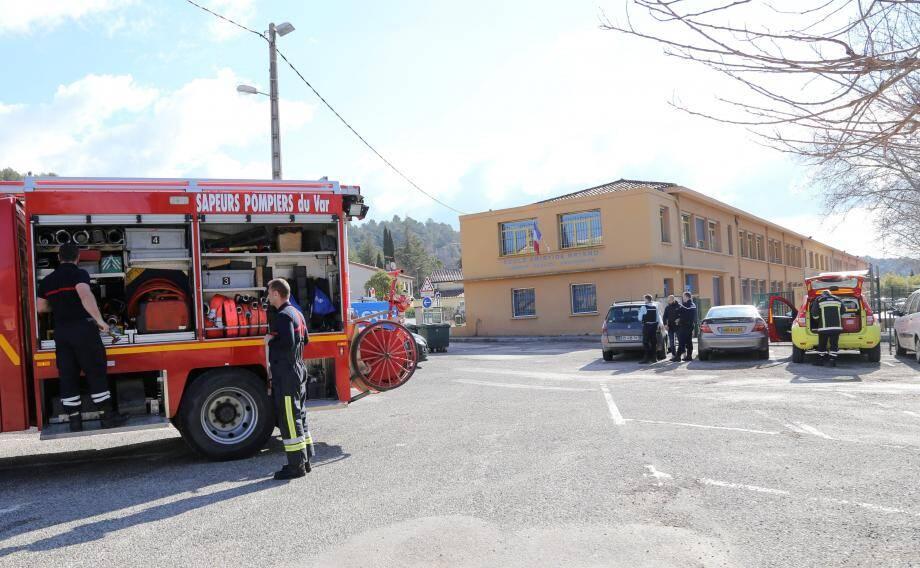 Pompiers, gendarmes et un technicien de GRDF sont intervenus, hier matin, à l'école Aristide-Briand suite à une alerte d'odeur suspecte. Les écoliers ont passé la matinée et déjeuné à la salle des fêtes mis à disposition par la municipalité.