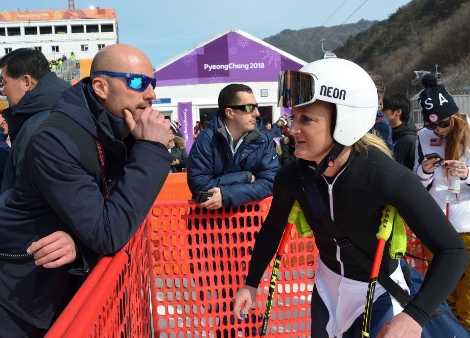La skieuse monégasque débriefe sa course avec son entraîneur Paolo Stefanini.