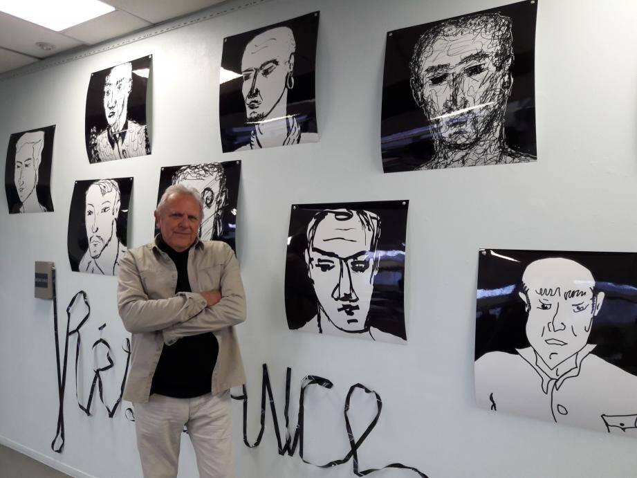 Raoul Hébréard devant une série de portraits numériques qu'il a réalisée.