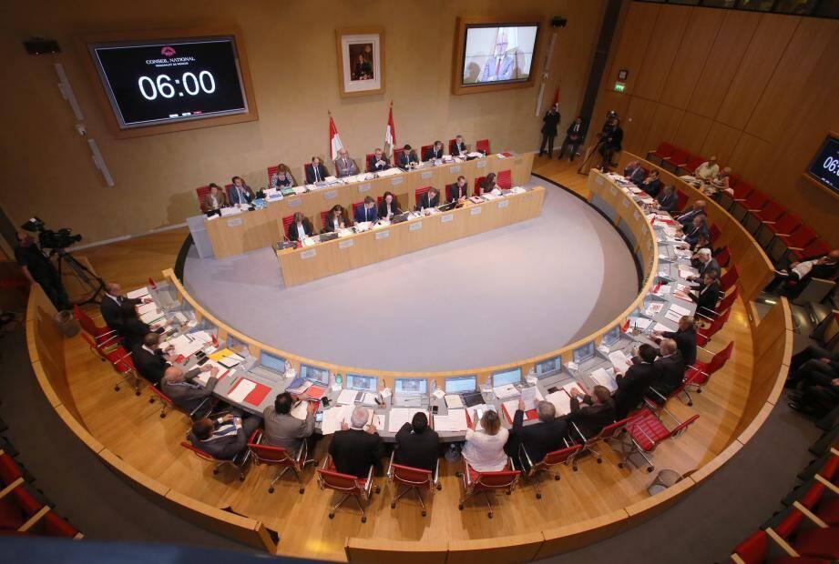 La séance de ce soir sera retransmise en direct et en intégralité et sera précédée d'une émission spéciale dès 18h10 sur le rôle et fonctionnement du Conseil national, sur le site www.conseil-national.mc