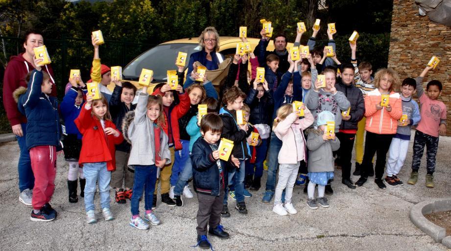 Les jeunes élèves tous heureux de remettre leurs butins à la représentante de La Poste.