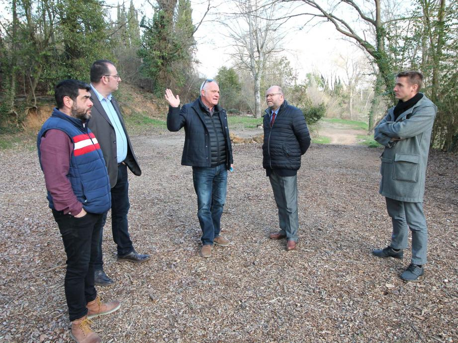 Entouré de ses adjoints, collaborateurs, Alain Parlanti s'est rendu en compagnie du sous-préfet, Philippe Portal, sur le site de la future base de loisirs sur les rives de l'Argens.
