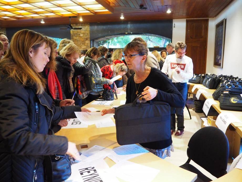 La distribution des ordinateurs aux enseignants s'est fait en main propre après la signature d'une charte d'utilisation.