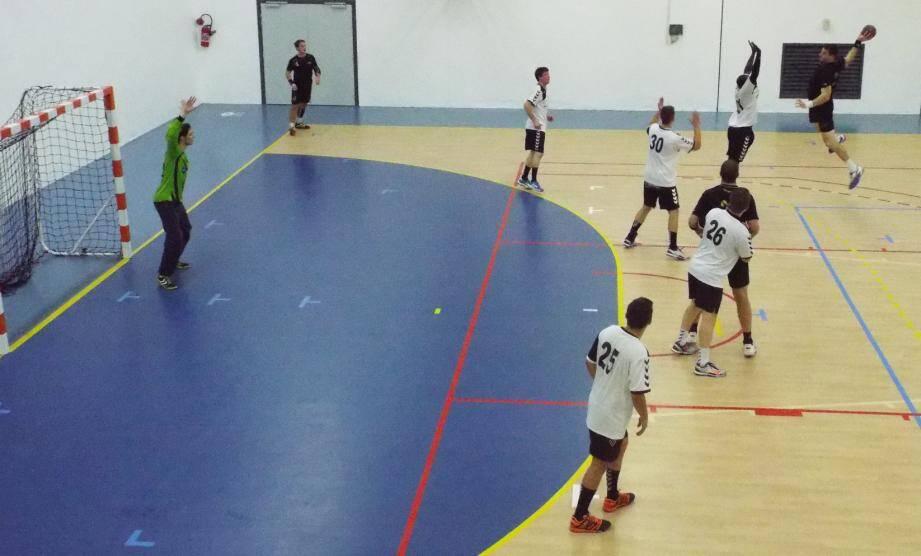 Les handballeurs (en noir) ont gagné dimanche.(P. O.)
