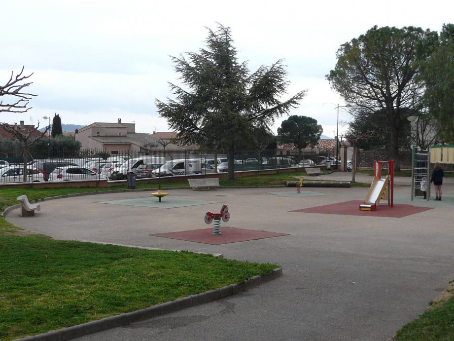Le square des lutins (à g.) va être déplacé sur le boulodrome pour permettre la création de 75 places de parking supplémentaires, tandis qu'un pôle culturel va être construit en lieu et place de l'ancienne école Jean-Moulin (à d.).