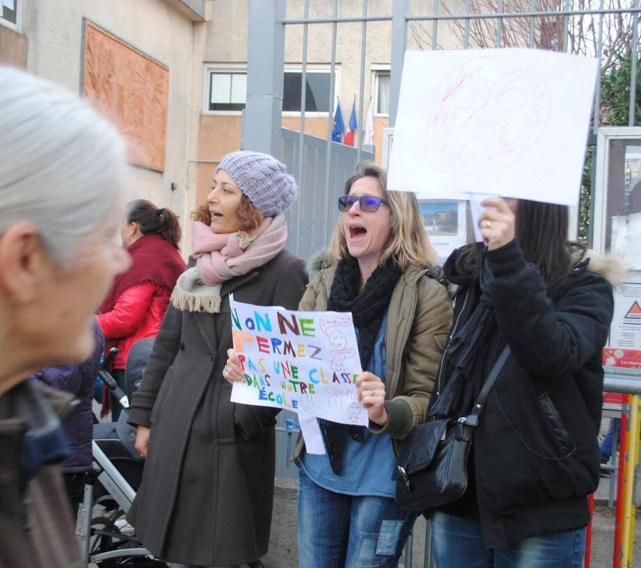 Dès 8 h 15, les parents d'élèves ont donné de la voix devant l'établissement scolaire afin de sauver leur classe menacée.