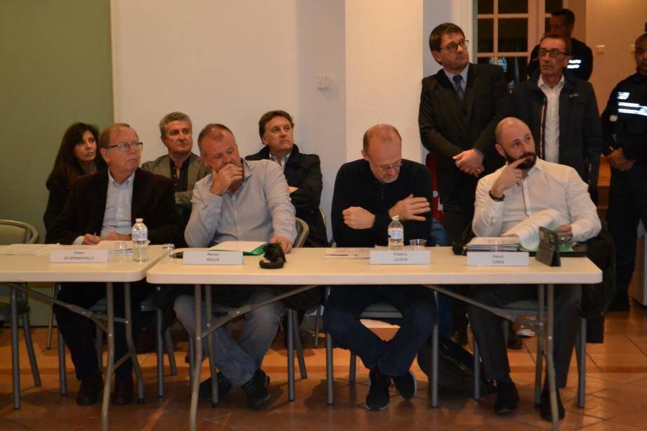 Un conseil marqué par la présence d'Erwan de Kersaint Gilly et de Manuel Requin (à gauche), pour la majorité, aux côtés de l'opposant Frédéric Lacour et du dissident Pascal Cordé.