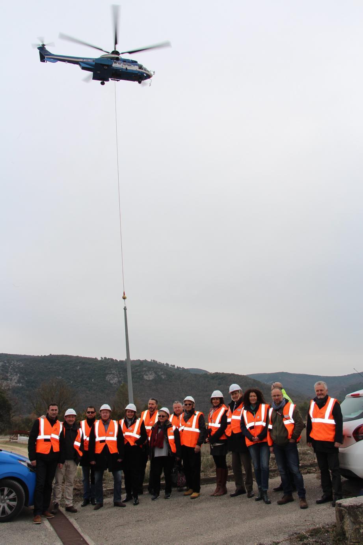 l'hélico dépose un des pylônes sur la drop zone. Etaient présents lesmaires et représentants des collectivités locales et du PNRV, les membres de la LPO, Azur Travaux et Enedis.
